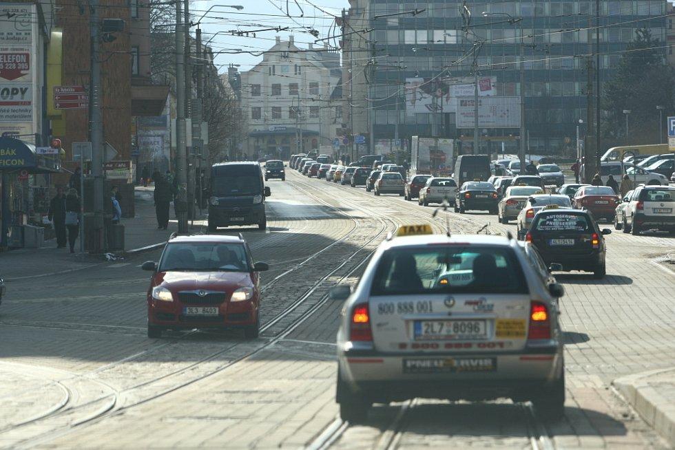 Smuteční kolona za zavražděného taxikáře.