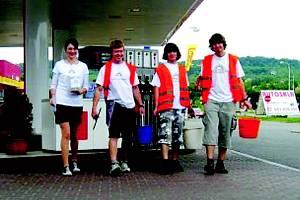 SKAUTI V KRVAVĚ RUDÝCH TRIČKÁCH budou čekat na řidiče na 51 čerpacích stanicích v celé České republice.