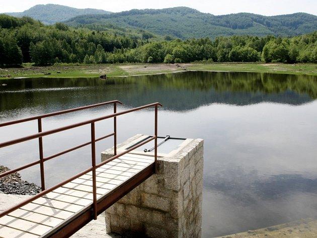 Už téměř rok je vypuštěný Šolcův rybník před Raspenavou. Vodu sem pracovníci Lesní správy Frýdlant napustí až na sklonku letních prázdnin.