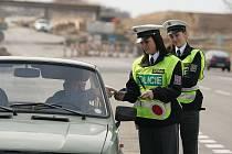 AKCE SE NEMINULA ÚČINKEM. Policisté za Velikonoční pondělí zkontrolovali devět set řidičů. Pokutu muselo zaplatit sto z nich ať už kvůli rychlosti, nebo špatnému stavu vozu. Několik řidičů se před jízdou posilnilo alkoholem.
