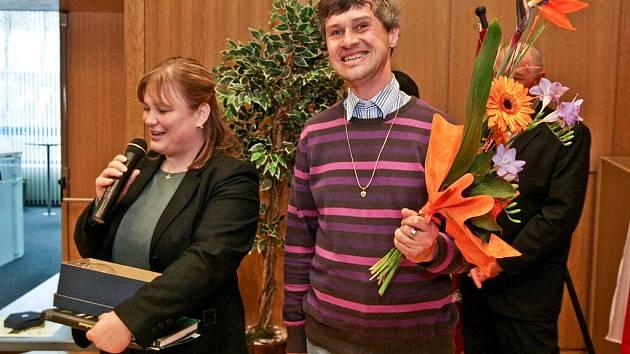 VÍTĚZNÉ OCENĚNÍ V SOUTĚŽI STEJNÁ ŠANCE – ZAMĚSTNAVATEL 2010 převzali za firmu Sky Restaurant s.r.o McDonald´s vedoucí provozovny u OC Nisa Zuzana Skalická a Miroslav Sladký.