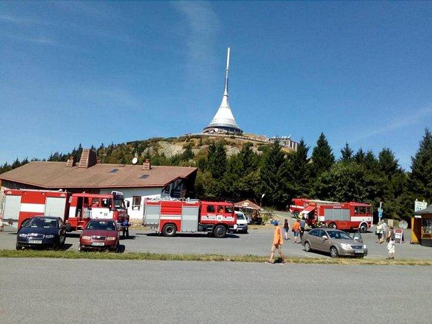 V pondělí zasahovali hasiči na Ještědu, kde hořela kleč.