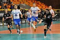 Další porážka. Střela Lukáše Kořínka v černém (vpravo) gólem neskončila. Liberec prohrál s Otrokovicemi 3:9.