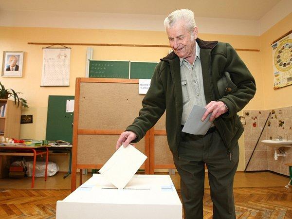 František Hrubáček volí vDoníně.