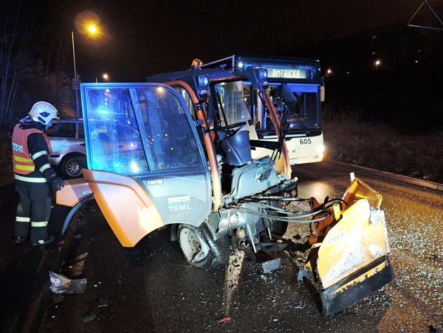 Nehoda osobního automobilu, autobusu a malého traktoru s posypovým materiálem.