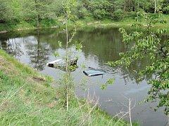 Auto sjelo v Albrechticích u Frýdlantu do rybníku.