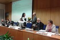 Jan Korytář děkuje odvolané Zuzaně Kocumové za odvedenou práci.