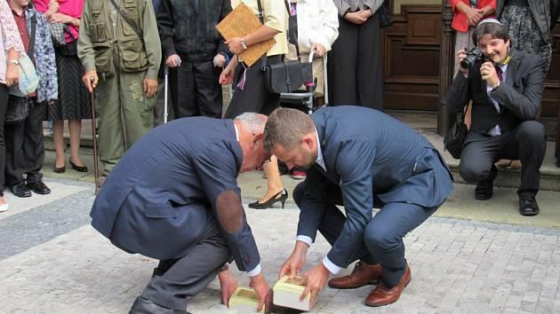 Takto se kladou kameny zmizelých židů. Ilustrační foto