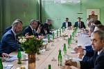 Výjezdní zasedání vlády ČR v Libereckém kraji proběhlo 13. března. Na snímku v čele stolu zleva je premiér v demisi Andrej Babiš (ANO) a hejtman Libereckého kraje Martin Půta před schůzkou se členy Rady Libereckého kraje.