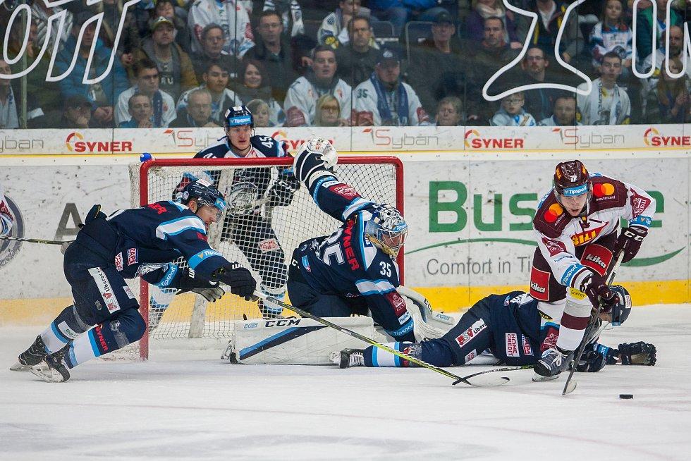 Utkání 47. kola Tipsport extraligy ledního hokeje se odehrálo 4. února v liberecké Home Credit areně. Utkaly se celky Bílí Tygři Liberec a HC Sparta Praha. Na snímku zleva Ladislav Šmíd a Roman Will.