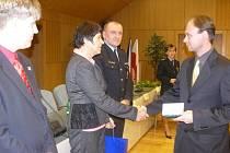 Oceněným policistům za jejich dobrou práci poděkoval nejen ředitel liberecké policie Vladimír Dvořák (v pozadí), ale také například náměstkyně hejtmana Lydie Vajnerová.