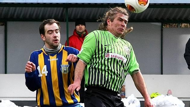 DŮLEŽITÁ VÝHRA STUDÁNKY. Porazila poslední Harrachov. Na snímku je v souboji o míč vpravo domácí Petr Kahl a harrachovský Michal Rieger.