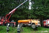 V jeden den hasiči použili speciální jeřáb hned dvakrát. Cisternu museli dostat zpět na kola.