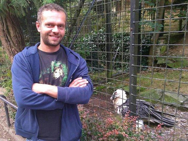Ornitolog Jan Hanel se stará o opeřence v liberecké zoo už dvanáct let.