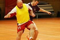 OKRESNÍ PŘEBOR. Nekompletní Greens prohráli s Avast! Liberecké gazely 2:7. Na snímku vpředu Kulhavý, který hrál za Greens a Henzl z Gazel.