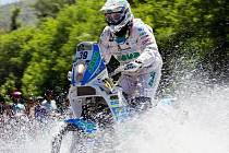 POUŠTÍ, PRALESEM I VODOU. David Pabiška na KTM 450 s číslem 39 jede přes řečiště argentinské řeky.