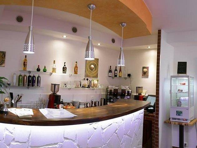 MAJITELEM KAVÁRNY NA 1 DEN. Díky netradiční službě, kterou nabízí v Kavárně Muzeum, si na jeden den můžete vyzkoušet provoz kavárny z pozice jejího majitele. Dělat si prý můžete skoro cokoliv.