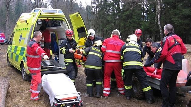 Muž se vážně zranil při tahání stromů po těžbě