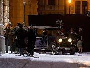 Filmaři natáčí před divadlem F. X. Šaldy v Liberci zimní scénu německo-českého životopisného filmu o spisovateli a dramatikovi Bertoltu Brechtovi.