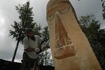 DŘEVOSOCHAŘSKÉ SYMPOZIUM. Práci sochařů zakončí páteční vernisáž.