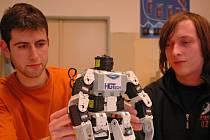 Studenti elektrotechniky Marvin Gjepali a Pavel Hynek (zleva) ze Střední průmyslové školy strojní a elektrotechnické v Liberci.