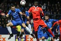Střelec třetího gólu Fiorentiny Khouma Babacar (vpravo) ve vzdušném souboji s Ondřejem Karafiátem z Liberce.