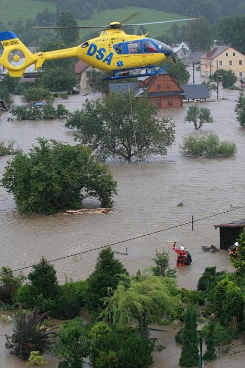 7.8. Odpoledne (16 hod) byla vesnice pod vodou, na místech, kde se lidé ještě v poledne snažili zachránit sekačky ze stodoly, zachraňovali ze střech jejich zatopených domů vrtulníky.