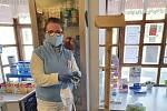 Rouškovník vyrostl díky městu Frýdlant a šijícím dobrovolníkům i ve Valdštejnské lékárně.