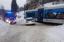 V Desné se srazil vlak s autem.