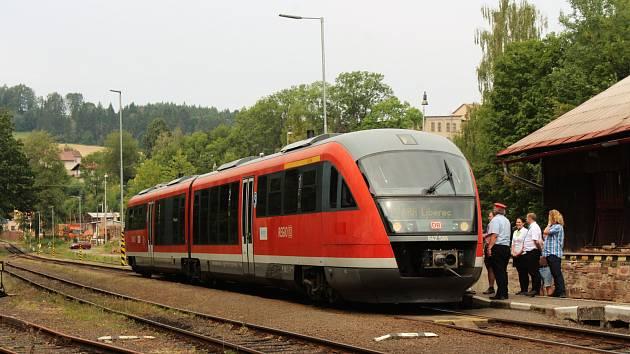 Prezentační jízda železničního dopravce Arriva na tratích v Libereckém kraji. Na snímku vlak Siemens Desiro zachycen ve stanici Lomnice nad Popelkou.