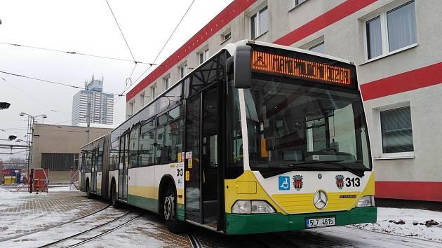 Vyřazené autobusy z německého Schwerinu pořídil liberecký dopravní podnik pro zajištění dopravy na zdejších linkách MHD. Na snímku kloubový autobus značky Mercedes.