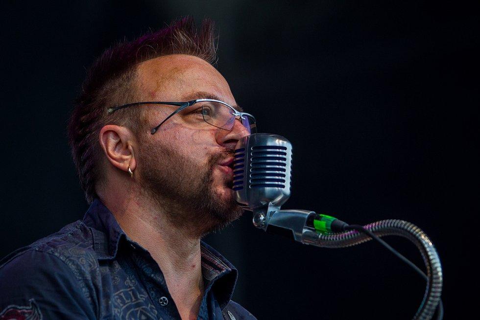 Ve sportovním areálu Vesec v Liberci začal 26. července 26. ročník hudebního festivalu Benátská! Na snímku Miroslav Chrástka při vystoupení kapely Turbo.
