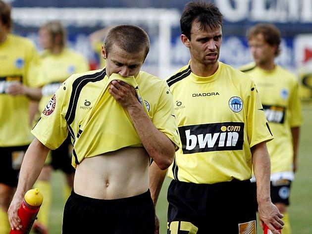 SMUTEK. Hráči Liberce Papoušek (vlevo) a Janů byli po debaklu v Mladé Boleslavi  doslova  zdrceni.