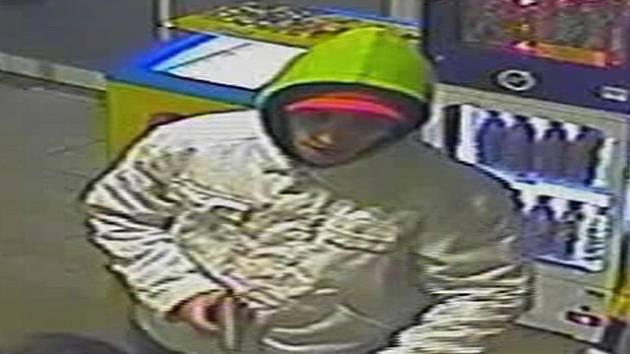 Ozbrojený muž přepadl 3. dubna okolo 23. hodiny čerpací stanici v Londýnské ulici v Liberci. Hledá ho policie.