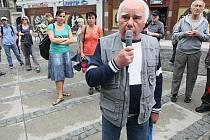 VOLALI PO OPRAVDOVÉ DEMOKRACII. Mítink za skutečnou demokracii se včera konal u Plazy. Moc lidí ale nepřišlo.