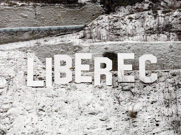 VÍTEJTE V MĚSTĚ S KRÁTEREM! Už několik dní září nad dírou Na Perštýně v Liberci nápis Liberec, který vítá přijíždějící řidiče podobně jako slavný poutač v Hollywoodu. Netradiční výtvor mají na svědomí studenti architektury.