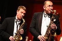 ELEGÁNI OVLÁDLI KULTURÁK. Americký big band Glenn Miller Orchestra vystoupil ve čtvrtek v libereckém Domě kultury.