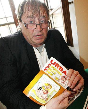 VÝTVARNÍK PETR URBAN pokřtil vrámci výstavy Apřece se točí inetradiční katalog, svou novu knihu humoru snázvem Pivrncova pocta pivu.