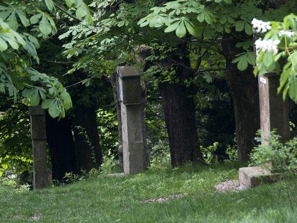 OPRAVENO. Křížovou cestu zničili vandalové vroce 2013.Sopravou se muselo čekat, až věc dořeší Policie ČR.