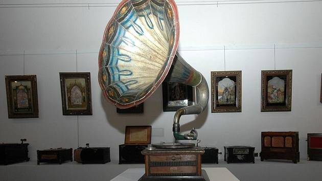 VÝSTAVA NESLÝCHÁNO NEVÍDÁNO představuje exponáty z konce 19. až do konce 20. let 20. století. Jedná se o soukromou sbírku, která byla umístěna v prostorách Martinického paláce v Praze.