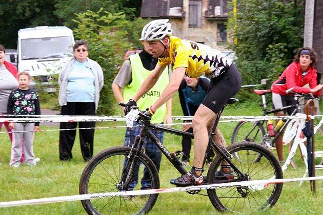 VODA A KOLO. Po skončení plavecké části Bartys triatlonu čekala na závodníky těžká cyklistická část.