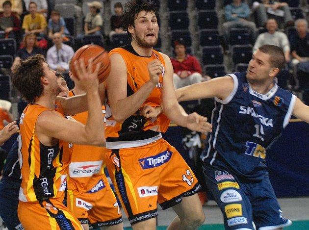 LIGOVÝ SOUBOJ. Jan Pastýřík (uprostřed) pomáhá spoluhráči Krausovi odcloněním prostějovského protihráče Sošky.