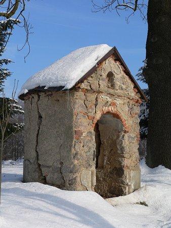 Opravenou kapličku vProseči nominují památkáři na prestižní cenu (na snímku před opravou).