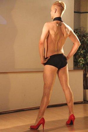 NÁVRHÁŘ ONDŘEJ LUDÍN. Jeho model sporá košile (spodní prádlo a límec od košile), který sám předváděl a šokoval sním na výstavě semestrálních prací vletním semestru 2012.