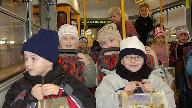 NOVÁ TRAMVAJ. První jízda v modernizované tramvaji patřila dětem z Mateřské školky Sluníčko. Jejich obrázky zdobí interiér vozu.