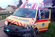 Na křižovatce v Arnolticích se totiž sanitka srazila s osobním automobilem Volkswagen Golf.