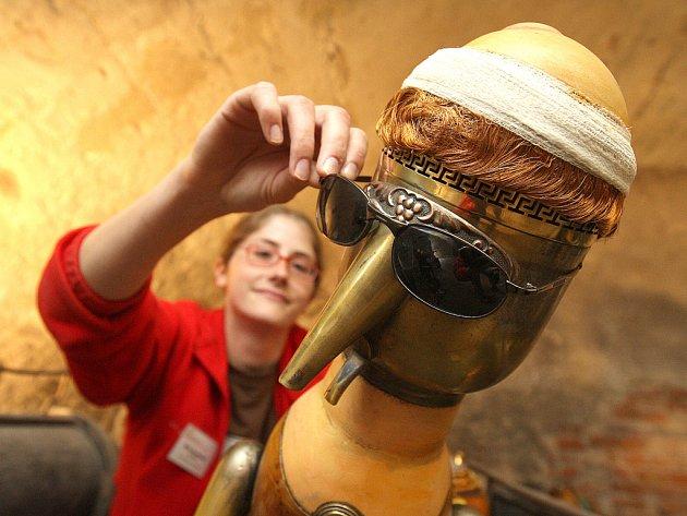 Výstava na hradě Grabštejn potěší návštěvníky při vstupu do sklepení. Na snímku průvodkyně Háta Komňacká.