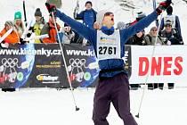 AŽDÝ BYL VÍTĚZEM, KDO PROJEL CÍLEM. Na snímku radost závodníka Michala Pohanky z Horní Radechové v cíli padesátikilometrového běhu. Obsadil v hlavním závodě 1812. místo se ztrátou dvě hodiny a osm minut na vítězného Švéda Svärda.