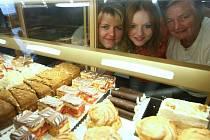 JANA NOVOTOVÁ JAHODOVÁ (vlevo) je už třetí ženou v rodinném podniku. Po mamince Libuši (vpravo) jej jednou převezme dcera (uprostřed), kterou ve svých dvaceti letech již zapojuje do pekařského soukolí.