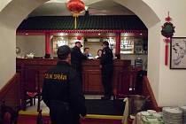 Vietnamská bistra, kavárny, restaurace. Celníci zkontrolovali desítky provozoven.